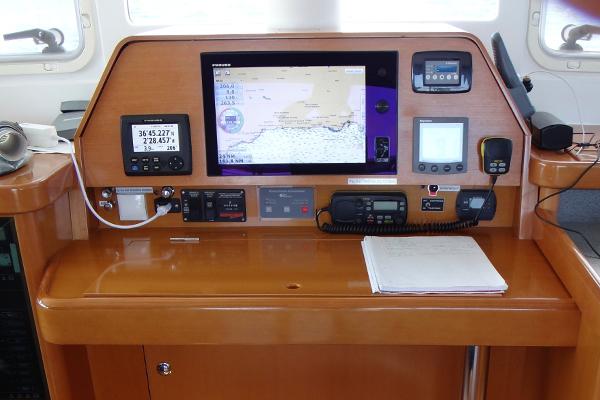 Navigationsumbau_Motoryacht_Furuno_fahrstand_nach_dem_umbau_mit_furuno_webasto_rr-shipping.de