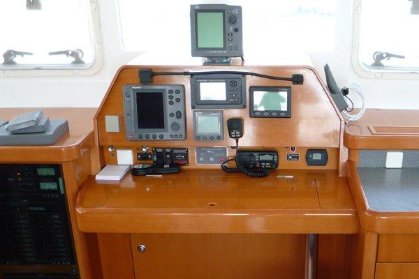 Navigationsumbau_Motoryacht_Furuno_fahrstand_vor_dem_umbau_rr-shipping.de